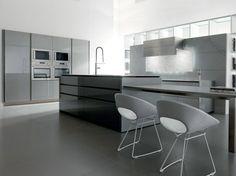 îlot de cuisine gris taupe en finition laquée, placards design assortis et chaises en cuir gris perle