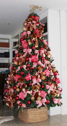 Árvore de Natal com ursinhos de pelúcia.