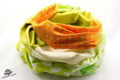 Rundschal aus der Lieblingsmanufaktur in frühlingshaftem Grün, kombiniert mit orange und weiß: hochwertige Patchwork - Lieblingsstücke