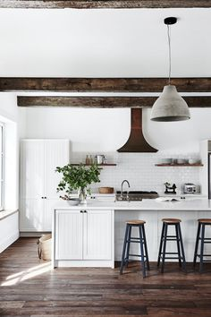 Awesome Rustic Farmhouse Kitchen Cabinets Décor Ideas Of Your Dreams Farmhouse Kitchen Island, Kitchen Island Decor, Kitchen Cabinets Decor, Cabinet Decor, Home Decor Kitchen, Rustic Kitchen, Kitchen Ideas, Kitchen White, Kitchen Country