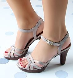 Chie Mihara shoes, sandals, blocs and boots. Buy now original, feminine footwear. Designer shoes of maximum comfort! Pretty Shoes, Beautiful Shoes, Cute Shoes, Sock Shoes, Shoe Boots, Shoes Sandals, Comfy Shoes, Comfortable Shoes, Low Heel Shoes