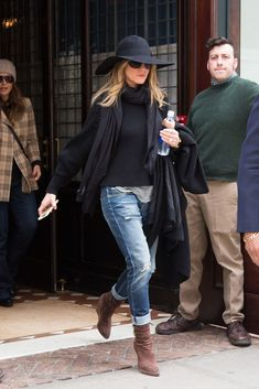 Jennifer Aniston holds onto her flighty black hat while out in NYC Jennifer Lopez Casual chic: The actress caught the eye by matching her floppy hat with distressed jeans and black pullover along with boots and scarf Outfits With Hats, Mode Outfits, Casual Outfits, Floppy Hat Outfit, Black Hat Outfit, Floppy Hats, Look Fashion, Winter Fashion, Diy Fashion