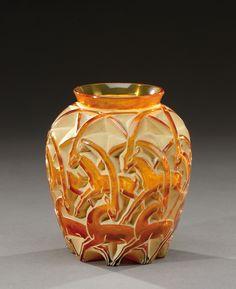 RENE LALIQUE (1860-1945) Vase modèle «Chamois» en verre soufflé-moulé teinté orange . Signature à l'acide «R.Lalique France». Modèle créé en 1931. H : 12 cm «Chamois», a blown-moulded, orange tinted glass vase. Acide engraved signature «R.Lalique France». (hva)