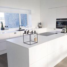 Et klassisk, hvidt køkken, som dét der stråler hos @jeannielarsen, skal man ikke tage fejl af. Dette hvide DECO køkken med en tynd, hvid corian bordplade på toppen er super praktisk og tidløst på samme tid. We like! #svanekøkkenet #svanekøkken #mitsvanekøkken #kitchen #køkken #kitcheninspo #inspiration #danskdesign #danishdesign #regram #DECO