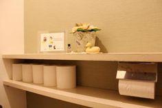 収納棚のない狭いトイレでも真似できるストック方法や美しく収納するDIYワザ、おしゃれ見せるアレンジなど一目でわかる実例を集めました。