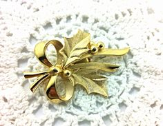 Vintage Holly Leaf Brooch, gold tone holiday jewelry, leaves & bows. on Etsy, $10.00