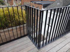 Stalen balustrade met platte spijlen Balcony Railing Design, Stair Railing, Stairs, Spa Interior Design, Interior Decorating, Scotland Street, Balustrade Design, Pool Fence, Rooftop Terrace