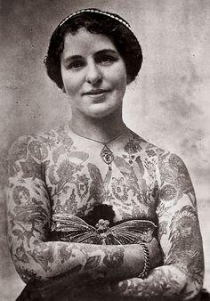 Edith Burchett, moglie del famoso tatuatore inglese George Burchett,  negli anni Venti del Novecento