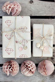 Paquets cadeaux & boules de papiers. X mas