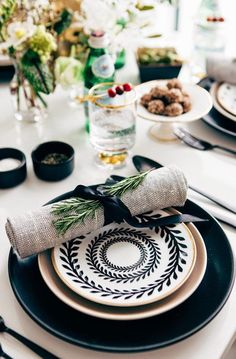 Hosting Christmas dinner this year? Be inspired by these beautiful Christmas table decorations, centerpieces and holiday table setting ideas! White Table Settings, Wedding Table Settings, Place Settings, Setting Table, Lunch Table Settings, French Table Setting, Beautiful Table Settings, Deco Table, Decoration Table