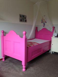 Roze bed. Brocante bed. Antiek roze bed.
