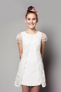 Konfirmations kjolen fra Sandberg Design år 2017 kollektionen, med navn Elena. To delt kjole med super fine blonde detaljer og et lille t-shirt ærme.