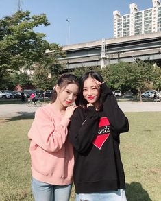 This is a network dedicated to the seven-member girl group Crystal Clear! It's a safe place to share our love for these amazing hardworking girls so if you love CLC come join us! Best Friend Couples, Best Friend Pictures, Best Friend Goals, Ulzzang Korean Girl, Ulzzang Couple, Korean Best Friends, Cute Asian Babies, Korean Girl Photo, Girl Friendship