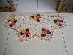 Tapete feito em crochê com barbante de ótima qualidade em forma de meio  círculo e cachos de flores nas pontas. Faço na cor que você quiser R$ 90,00