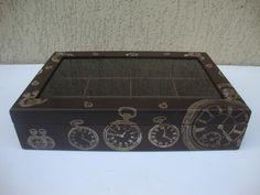 Caixa em mdf com vidro na tampa: - Pintura envelhecida com betume em cera e detalhes feitos com carimbos. Cor: Marrom (interior marrom) - Caixa com 12 divisórias.