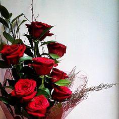 Comparte tus momentos #condeduquegente con nosotros. @flordelola2014  #8 #rosasrojas #parael . #redroses #forhim. #loveonrevolution #redfriday#viernesrojo #freshflowers #betwengentlemen #flowershop#floristeriasmadrid#flordelola#condeduquegente#madrid