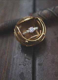 We're obsessed with this quirky Harry Potter marriage proposal complete with a unique golden snitch ring box! Harry Potter Schmuck, Bijoux Harry Potter, Mode Harry Potter, Harry Potter Love, Harry Potter Snitch, Wedding Ring Box, Wedding Engagement, Engagement Rings, Harry Potter Engagement Ring
