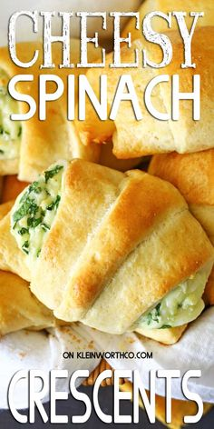 These Cheesy Spinach Crescents are an easy snack to serve for holidays. Light & fluffy crescent rolls loaded with melted cheese & spinach are delicious. Cresent Roll Appetizers, Crescent Roll Recipes, Crescent Rolls, Crescent Ring, Easy Vegetarian Dinner, Dinner Recipes Easy Quick, Easy Snacks, Easy Dinners, Vegetarian Picnic