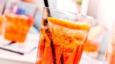 Ein Campari-Cocktail darf an einem gemütlichen Abend mit den Besten auf gar keinen Fall fehlen. Wie wäre es mit einem klassischen Americano? Oder vielleicht darf es doch lieber ein Campari Milano sein, die leuchtend rote Alternative zum Spritz Veneziano? Wir zeigen dir mit ganz einfachen Rezepten, wie du die fruchtig-frischen Drinks in nur wenigen Schritten selbst mixen kannst.