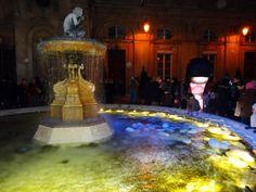 Fête lumières Lyon 2012. Cocons vers à soie flottant dans la fontaine.