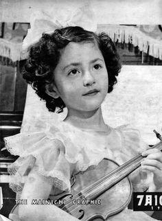 毎日グラフ1952年7月10日号の表紙を飾った7歳の鰐淵晴子 half この人は女優さんになられたんですね。 説明によると「少女ヴァイオリニスト。昭和26年NHKのど自慢大会で三つの鐘を鳴らしたのがはじまり。それ以来、音楽会、放送、写真モデル、さては映画にまで引...