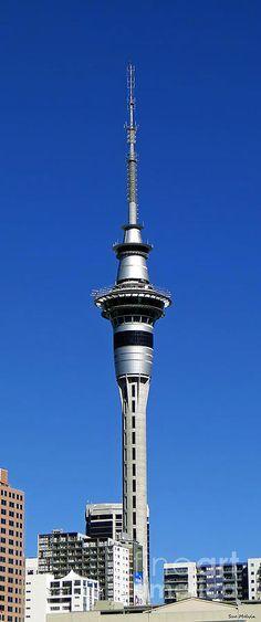 Auckland Sky Tower !!! La Sky Tower est une tour située dans le centre-ville d'Auckland, et qui sert d'émetteur pour la radio et la télévision. Wikipédia