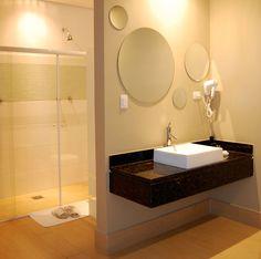 En lo simple está lo bello. Los baños usualmente son espacios pequeños dentro del hogar, es por ello que lo recomendable es tener solo lo necesario y no llenarlo de muebles. De esta manera aprovecharemos mejor la superficie.