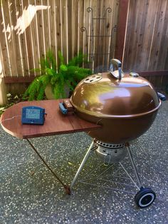 Kettle Bbq, Weber Kettle, Weber Charcoal Grill, Charcoal Bbq, Smoker Designs, Barbecue Design, Grill Table, Smoke Grill, Bar B Q