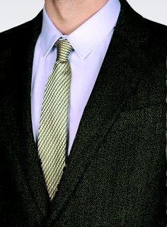 Voorbeeld pak in een donker groen met lichte gradatie in stof. En lichte stropdas…hier ook geen effen stropdas. Shirt wel effen wit of heel licht blauw