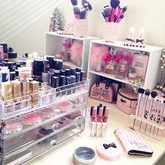 Makeup Vanity Glam, Makeup Looks Dark Skin Makeup Beauty Room, Makeup Rooms, Makeup Guide, Makeup Kit, Makeup Brushes, Tocador Vanity, Rangement Makeup, Looks Dark, Make Up Storage