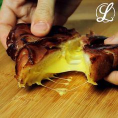 Mit nur drei Zutaten machst du dir im Handumdrehen ein superleckeres Sandwich. #rezept #rezepte #käsesandwich #baconsandwich #käsebaconsandwich #specksandwich #grilledcheese