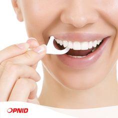 Avez-vous déjà entendu parler du fil dentaire avec manche ? Il est recommandé pour les enfants, mais peut également être utilisé par les adultes, en particulier pour ceux dont les dents sont très rapprochées (ce qui rend l'utilisation du fil dentaire plus difficile) ou pour les dents dont l'accès est plus difficile.