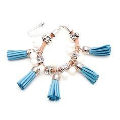 Original pulsera de diseño exclusivo de Shivadara, hecha a mano con conchas tridagna muy originales, entrepiezas diferentes de zamak y flecos azules.