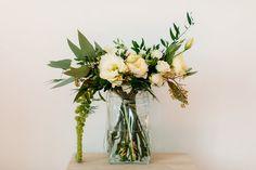 Bouquet de mariée végétal et pastel livré dans une élégante poche d'eau. création La Fabrique d'Etoiles Filantes / Crédit photo Bodart Studio