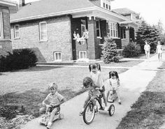 PHOTO - CHICAGO - 65TH PLACE - BUNGALOW NEIGHBORHOOD - KIDS PLAYING ON THE SIDEWALK - 1974
