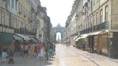 Lisboa La peatonal Rua Augusta en la Baixa. Al fondo se dibuja el Arco Triunfal de la  Plaza de Comercio y más allá la estatua del rey José I