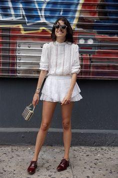 Leandra Medine, all white, look monocromático, oxford, bolsa de mão, óculos escuros, street style
