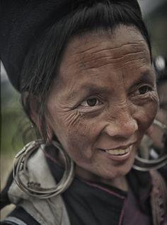 Hmong woman #curiosity #drollery #beauty