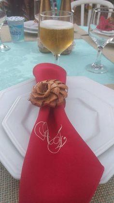 Guardanapo de tecido vermelho bordado com as iniciais dos noivos. Os convidados podem levar como lembrancinha. Casamento ao ar livre de Andrezza e Elisson em São José do Rio Preto.