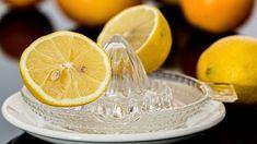 Zitronensaft ist nicht nur erfrischend und kalorienarm, sondern insbesondere am Morgen auch gut für Ihre Gesundheit. Voraussetzung für die positive Wirkung auf Ihren Körper ist natürlich, dass es sich dabei um eine frisch ausgepresste Zitrone handelt. Home Remedies For Gout, Gout Remedies, Natural Remedies, Homemade Sour Mix, Parsley Tea, Lemon Juice Benefits, Drinking Lemon Water, Holistic Treatment, Chamomile Tea