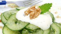Ensalada refrescante de pepino con salsa de yogur y nueces