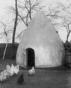 Round cob chicken coop 1920