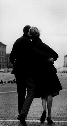 Es, ya lo sé, el amor: la ansiedad y el alivio de oír tu voz, la espera y la memoria, el horror de vivir en lo sucesivo.  Es el amor con sus mitologías, con sus pequeñas magias inútiles.