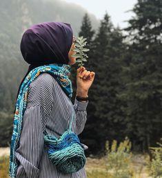 İnsan, huzurlu hissettiği yerde kalsın!❤️ Şal @modakasmir'in efil efil sezonunun nadidesi 🌼 Çantanın tatlılığı, Çamlıhemşinde bir dükkanda… Niqab Fashion, Muslim Fashion, Modest Fashion, Casual Hijab Outfit, Hijab Chic, Muslim Girls, Muslim Women, Hijab Hipster, Street Hijab