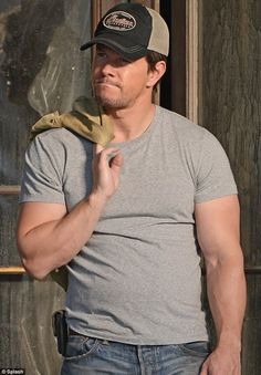 Mark showed off his bulging biceps on the set of Transformers 4 in Uptown Chicago. Love his facial expression in this pic!!! <3