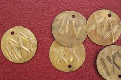 El Archivo también conserva objetos curiosos como estas chapas, con números romanos, que identificaban cada uno de los anaqueles de la Sala de Lectura [AEA]