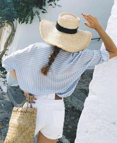 Short en jean blanc + ample chemise à rayures + bronzage caramel = le bon mix (photo Bartabacmode)