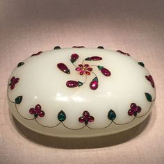 C India late Mughal for China trade jade (nephrite) with gold and stone inlay oval box. The Metropolitan Museum of Art, Gift of Heber R. Bishop, 1902 b) Faberge Eier, Exotic Art, Art Nouveau, Antique Boxes, Pretty Box, Islamic Art, Chinese Art, Indian Art, Art And Architecture