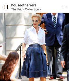 Womens fashion casual over 50 white shirts ideas Mature Fashion, Fashion Over 50, Work Fashion, Fashion Outfits, Womens Fashion, Fashion Design, Outfit Elegantes, Lady Like, Ch Carolina Herrera