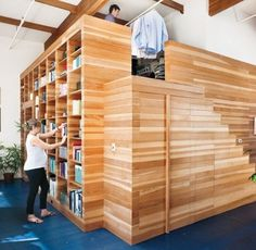 Une cabane en bois dans le salon